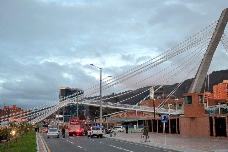 Colapsa pasarela atirantada en Bogotá durante la prueba de carga
