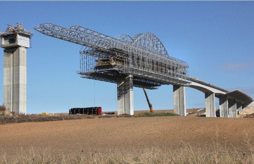 El Viaducto sobre el Valle Hostovsky Creek en Eslovaquia durante la construcción de su tablero. Proyecto de Strasky, Husty and Partners Ltd. (SHP). Fuente: www.shp.eu