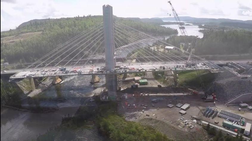 Puente sobre el río Nipigon durante su construcción